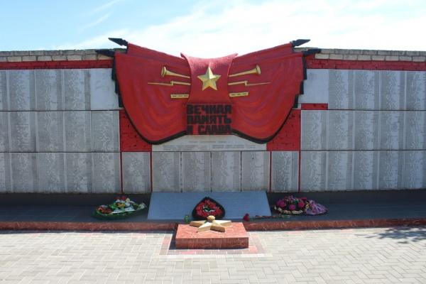 На Глазовском мемориальном кладбище состоялось открытие мемориальных досок Героям Советского Союза и перезахоронение 10-ти останков воинов, погибших в ходе обороны и освобождения Восточного Крыма 1942