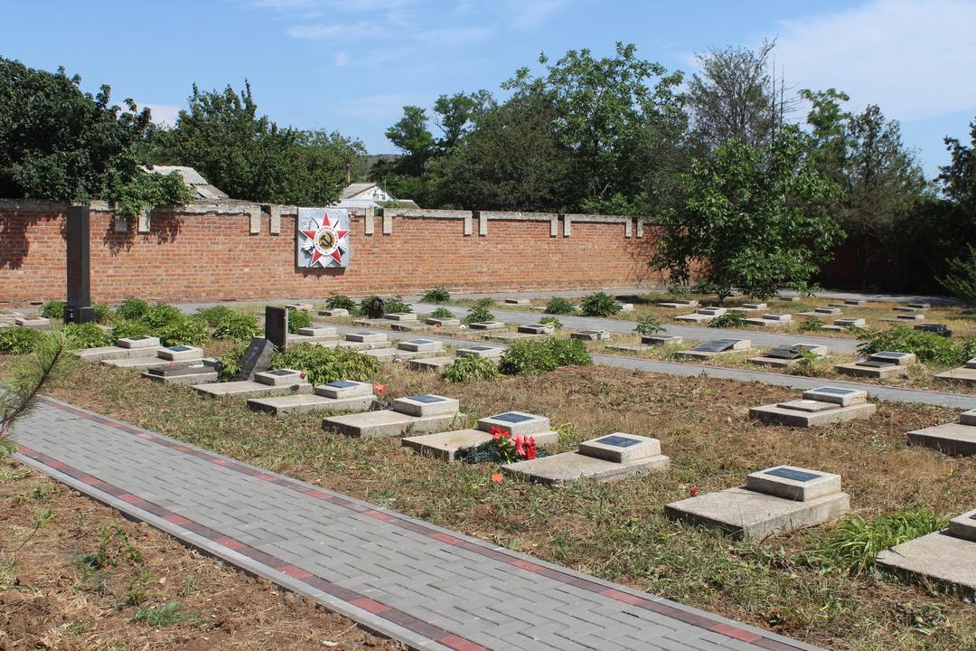 На Глазовском мемориальном кладбище состоялось открытие мемориальных досок Героям Советского Союза и перезахоронение 10-ти останков воинов, погибших в ходе обороны и освобождения Восточного Крыма 1942-1944гг.